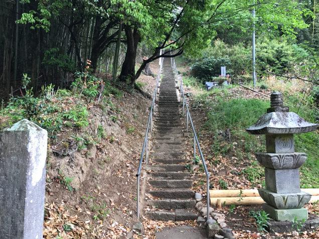 古墳前の長い階段