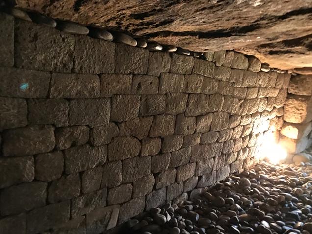 観音山古墳 石室の壁