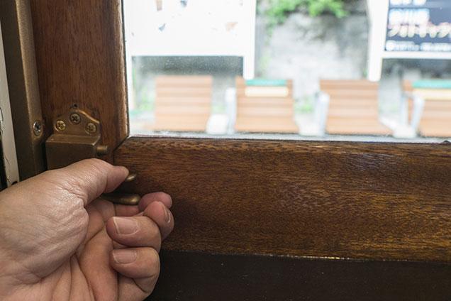 木製の窓を開けるところ