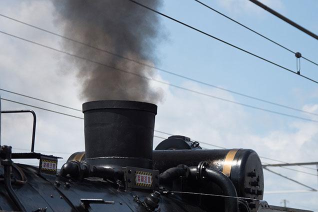 煙突から煙が出ている図