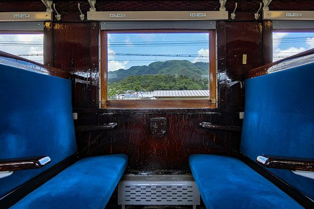 客車の座席と車窓