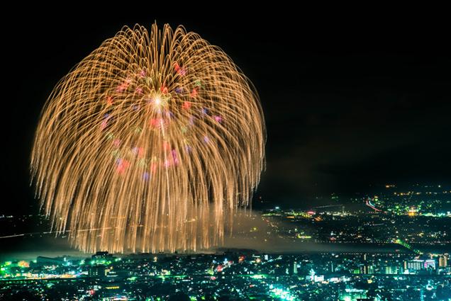 長岡花火の象徴「正三尺玉」。直径が約90cm、開花幅が約650mにもなる、超大玉花火。