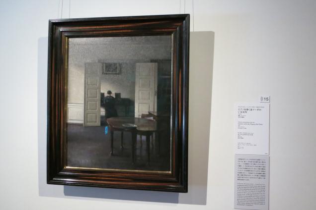 ヴィルヘルム・ハンマースホイの「ピアノを弾く妻イーダのいる室内」