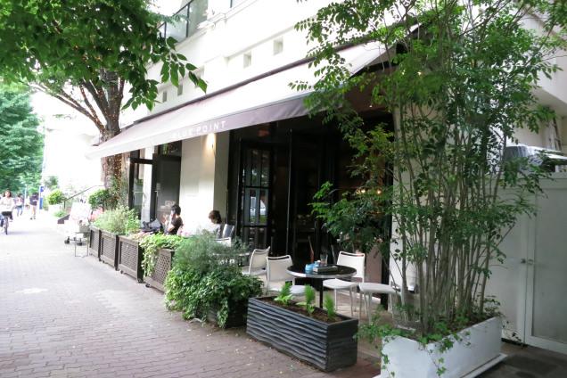 プラチナ通りに面したカフェ