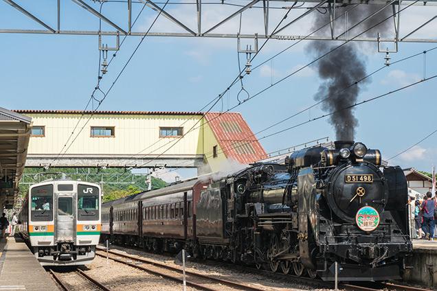 JR横川駅で並んだ在来線とSL