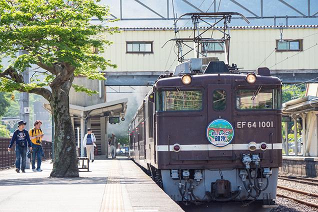 JR横川駅ホームに止まっているEF64