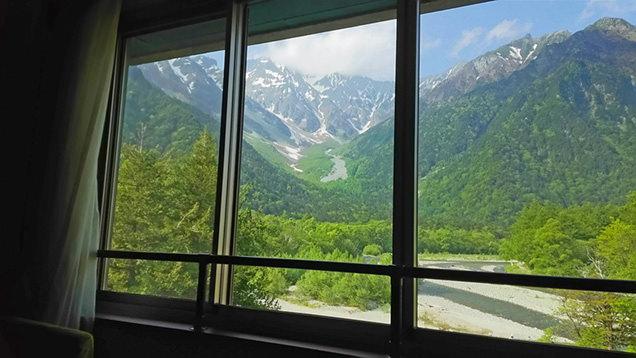 白樺荘の客室から見える穂高連峰