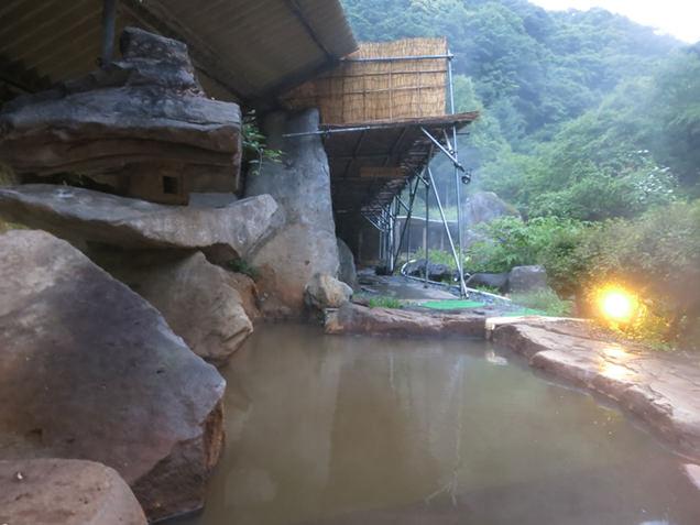 横谷温泉旅館の露天風呂と巨石の石灯籠