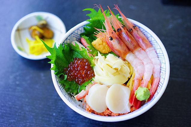 「SADOICHI 佐渡の味いちば」では、迷わず海鮮丼を注文