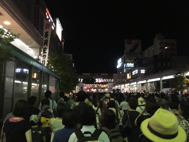花火大会終了後の長岡駅前