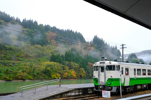 会津川口駅 只見線、ホーム、只見川、紅葉