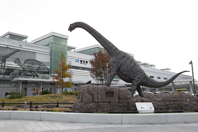 福井駅に降り立つとフクイティタンがお出迎え!