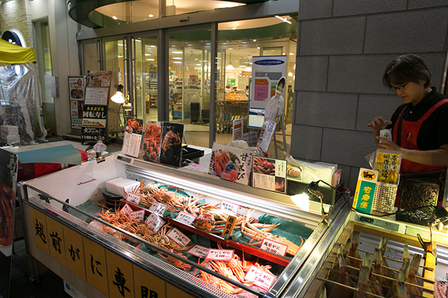 :福井駅前 越前がに販売