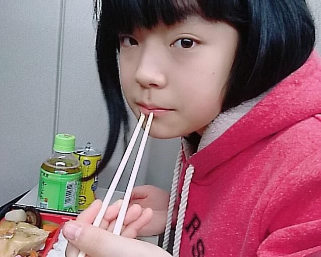 駅弁を食べる長女