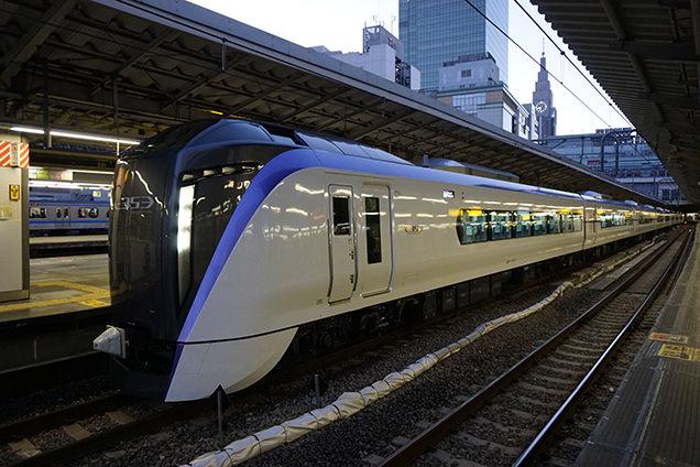 E353系電車・特急「スーパーあずさ1号」松本行、JR中央本線・新宿駅