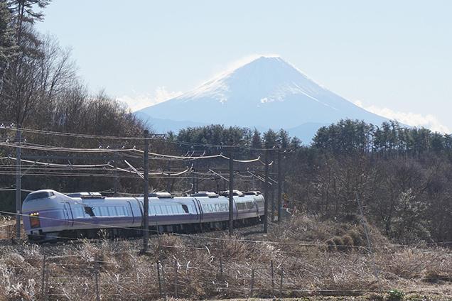 三峰の丘からの富士山と、E351系電車・「スーパーあずさ5号」