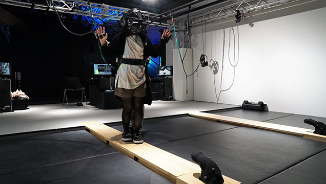 VR ZONE SHINJUKU 極限度胸試し 高所恐怖SHOWを体験するライター