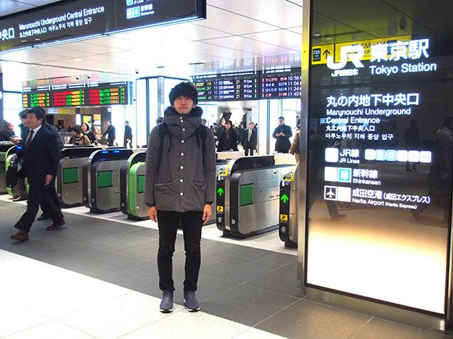 JR東京駅 改札前に立つライター