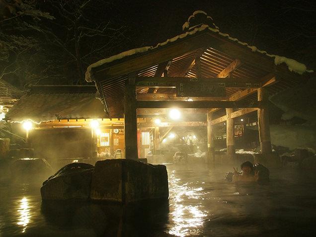 宝川温泉 汪泉閣 摩訶の湯に浸かったライター