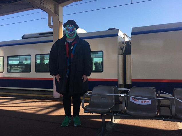 新井駅 ホームに立つライター