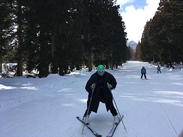 赤倉温泉スキー場 スキーをするライター