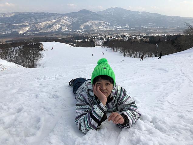赤倉温泉スキー場 ゲレンデに寝そべる金子さん