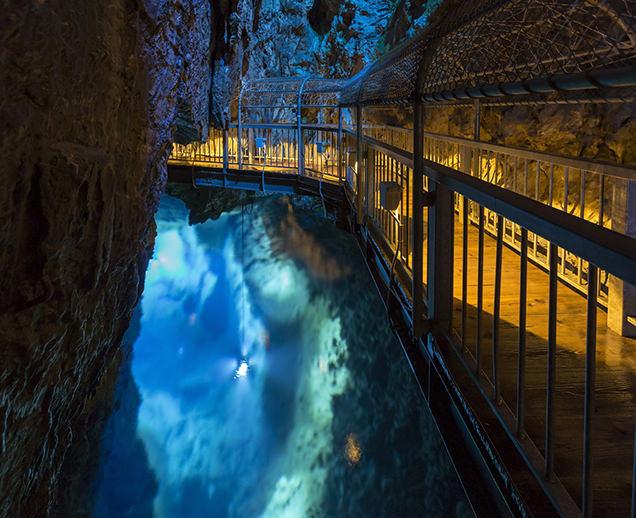 龍泉洞の第1地底湖