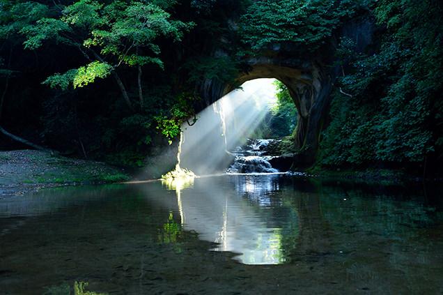 光が差し込む清水渓流広場(濃溝の滝・亀岩の洞窟)