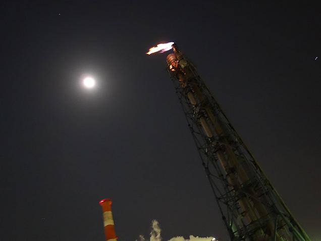 工場夜景探検クルーズ 工場と月