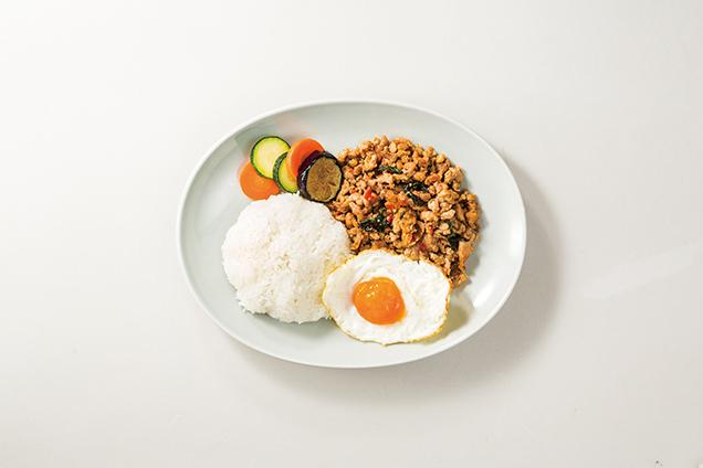 """マンゴツリーキッチン""""ガパオ""""の鶏のガパオ"""