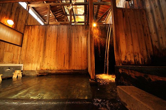 「白布温泉 東屋」整体治療効果もある滝湯が流れ落ちる「滝風呂」