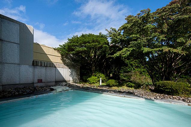 「箱根湯の花プリンスホテル」硫黄がほのかに香る、乳白色の露天風呂