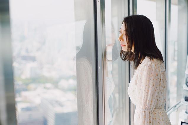 トップデッキから東京の街を眺める友人