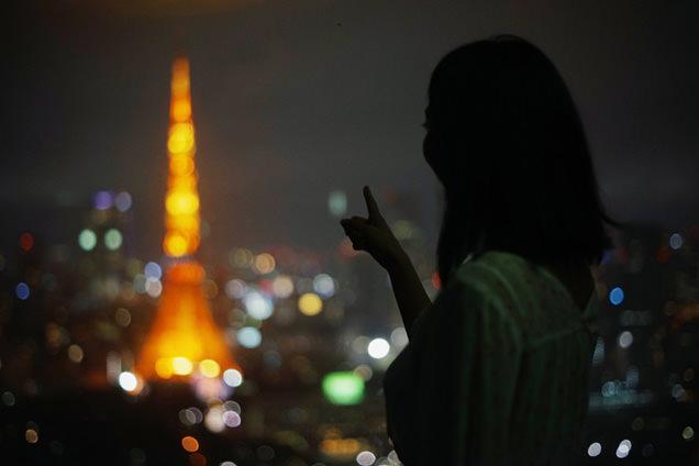 世界貿易センタービル展望台 東京タワーを指さす友人