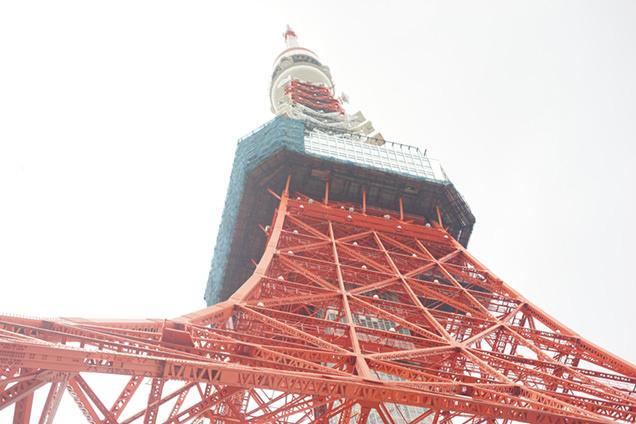 真下から見上げた東京タワー