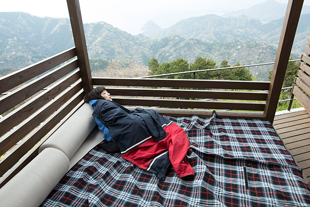 伊豆の国パノラマパーク 富士見テラス プレミアムラウンジで眠るはましゃか