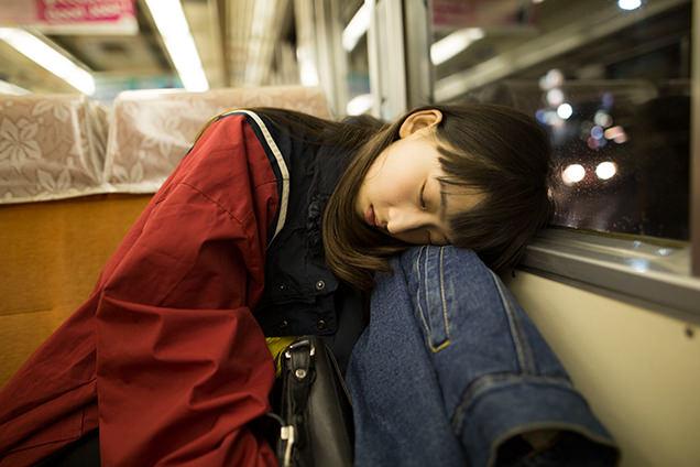 踊り子号で眠るはましゃか