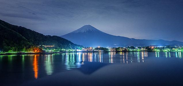 逆さ富士と河口湖夜景