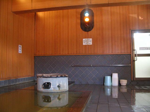 浴場内にある、電車が来たことを知らせる信号機