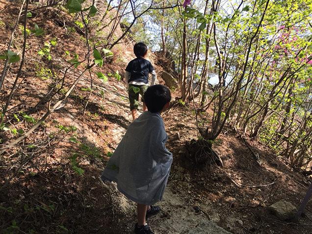 弥三郎岳への山道を歩く息子たち