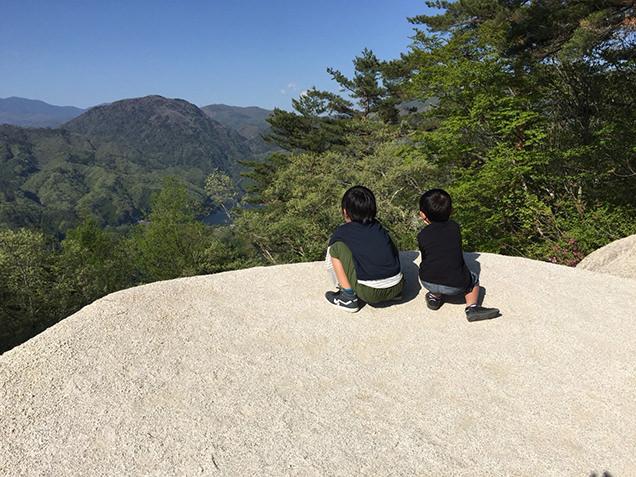 弥三郎岳 一枚岩からの風景と息子たち