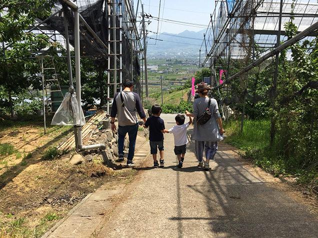 わくわく観光村 家族4人で坂道を下りる