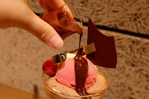 パティスリー&カフェデリーモ 東京ミッドタウン日比谷店 ラズベリーピスターシュ 56%ショコラのソース