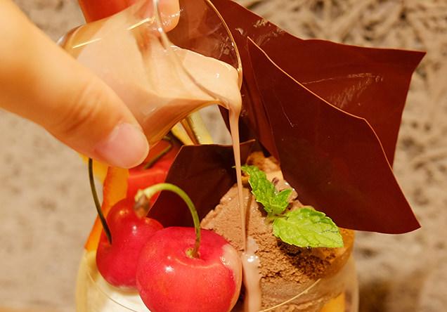 パティスリー&カフェデリーモ 東京ミッドタウン日比谷店 メランジュフリュイ HIBIYA チェリーメロン ブロンドチョコレートのソース