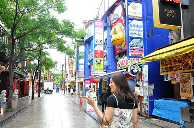 横浜中華街を歩くますぶちさちよさん