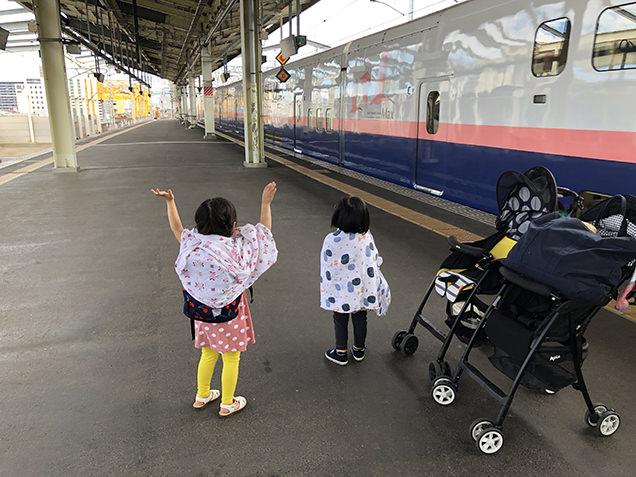 新幹線に手を振る子どもたち