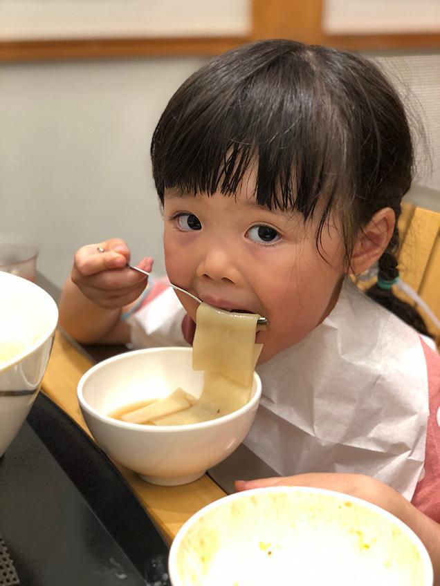 おきりこみを食べる子ども
