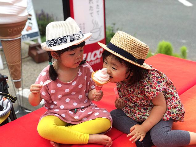 りんごソフトクリームを食べる子ども