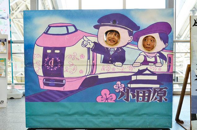顔はめパネルを楽しむ伊藤裕一と小多田直樹