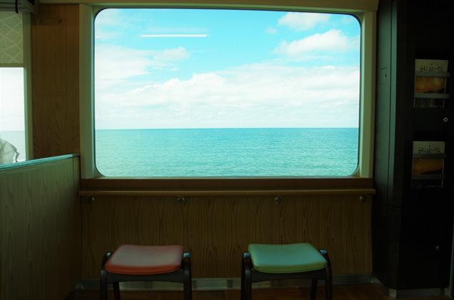車窓から見える海の景色